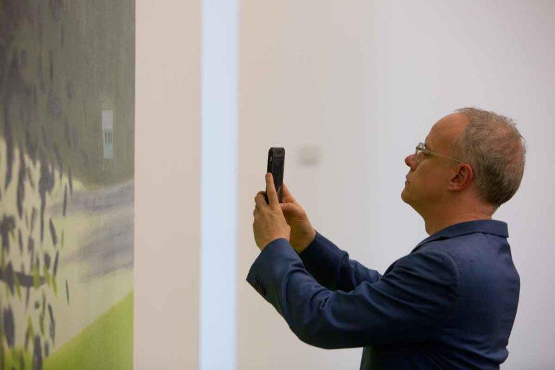 Kurator Hans Ulrich Obrist mit Handy
