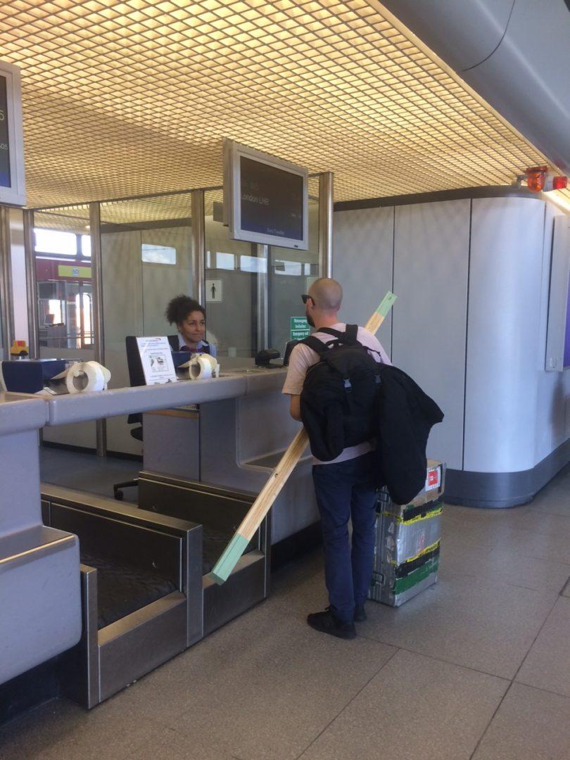 Felix Kiessling mit Sperrgepäck am Check-in in Tegel