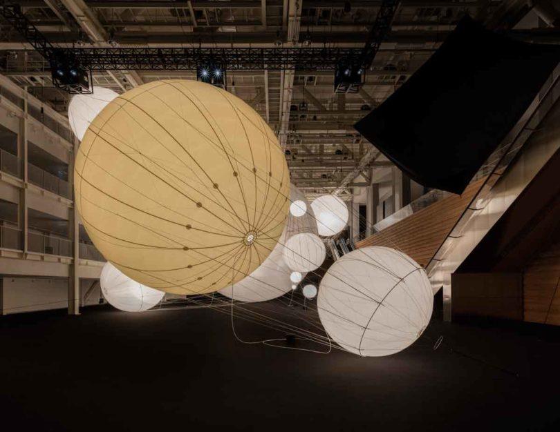die leuchtenden Ballons in der Ausstellungshalle Space 1