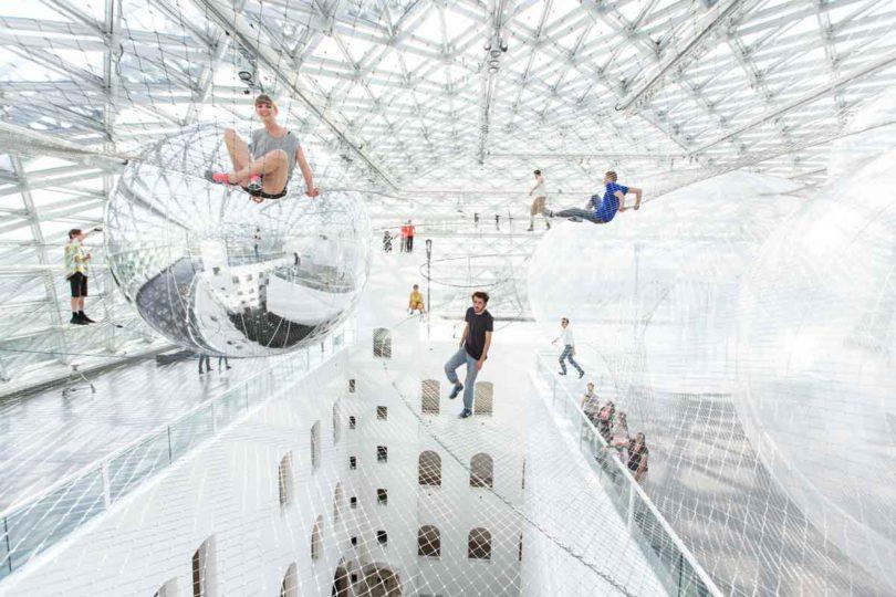 Unter dem Dach des K21 in Düsseldorf spannt sich derzeit Saracenos begehbares Kunstwerk