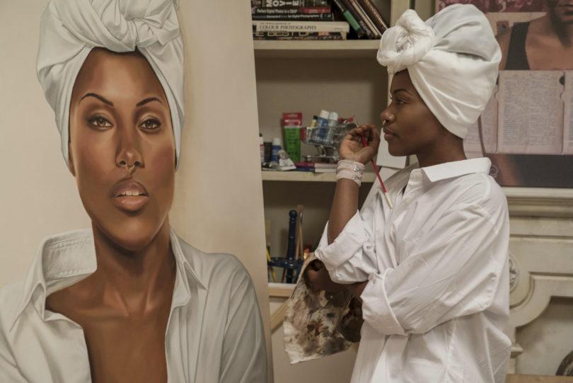 Wenn das Apartment zum Atelier wird: Nola (DeWanda Wise) arbeitet an ihrer Porträtserie. Foto: David Lee/Netflix