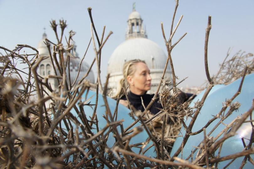 Die Künstlerin Sylke von Gaza hinter ihrem Kunstwerk