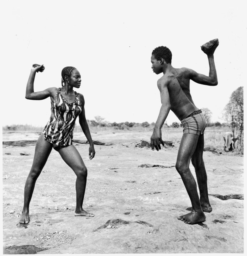 Malick Sidibé, Friends Fighting with Stones, 1976, Foto: Courtesy Afronova Gallery - Johannesburg / Galerie Magnin-A - Paris