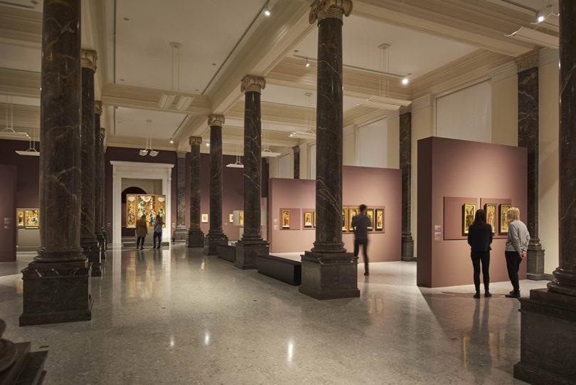 Der Säulensaal im Altbau der Staatsgalerie bietet den stilvollen Rahmen für die Altäre aus Meßkirch