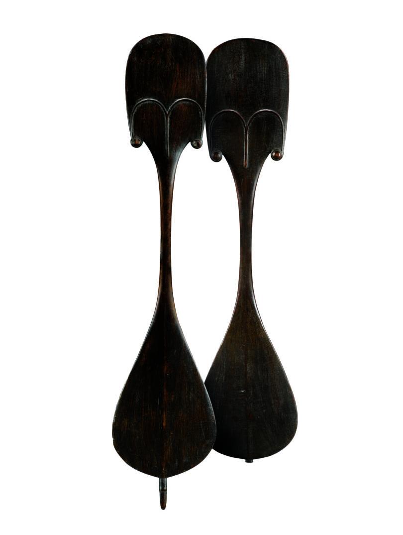 """Paar Tanzpaddel """"Rapa"""", Holz, Osterinseln, Polynesien, H. 70,5 und 78 cm, Sotheby's, Paris, 12. Dezember 2017 (Zuschlag 3,3 Mio €), Foto: Sotheby's, Paris"""