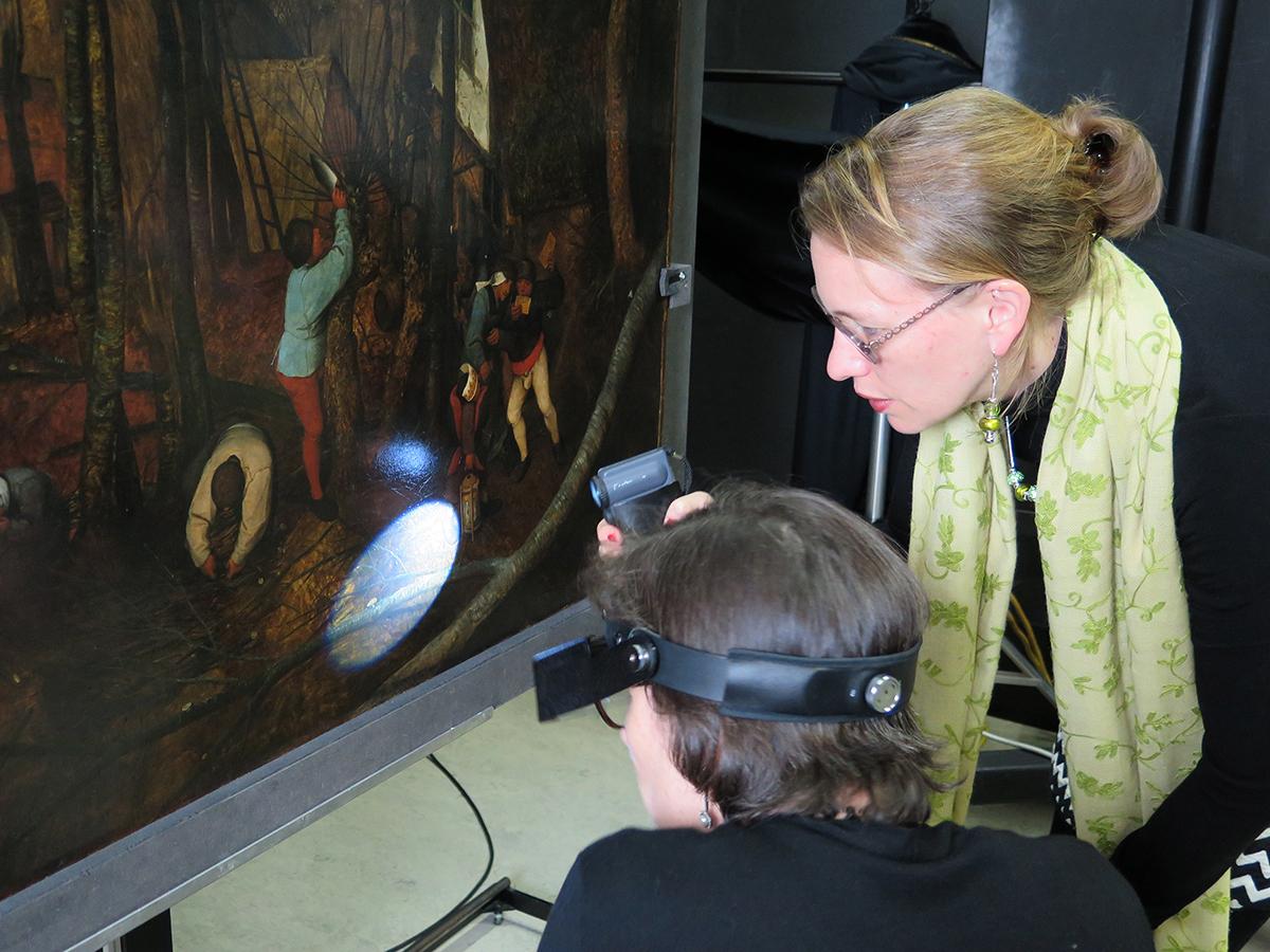 """Ingrid Hopfner (Restauratorin KHM), """"Bauernhochzeit"""", Pieter Bruegel d.Ä., um 1568, Foto: KHM-Museumsverband"""