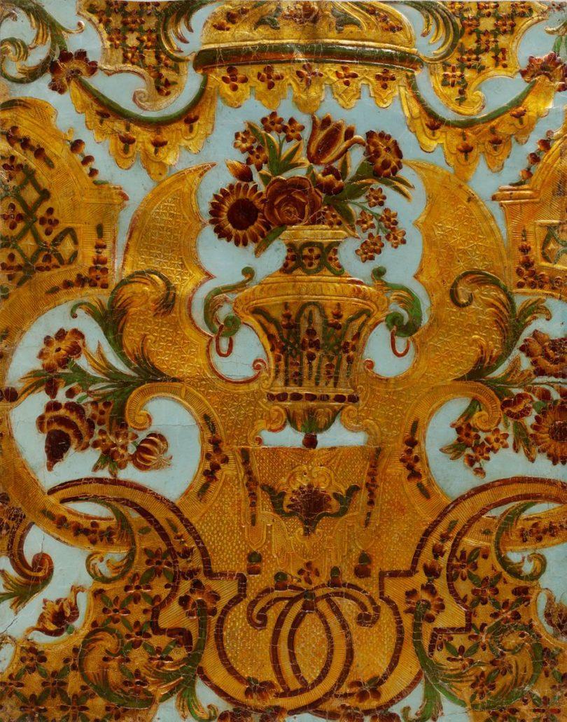 Goldledertapete mit Vasenmuster nach Entwurf von Marot, 1700/20, Deutsches Tapetenmuseum, Kassel, Foto: Gabriele Bößert, Museumslandschaft Hessen Kassel