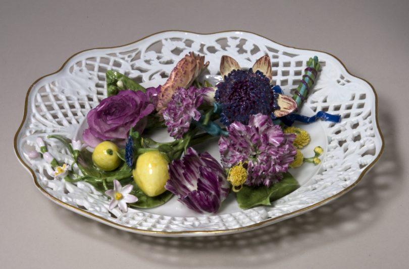 Dessertteller mit plastischem Blumendekor, Modell von Johann Friedrich Eberlein, 1742 Porzellanmanufaktur Meißen, um 1750 Hartporzellan mit Aufglasurfarben und Gold, Foto: Bastian Krack © Bayerisches Nationalmuseum München