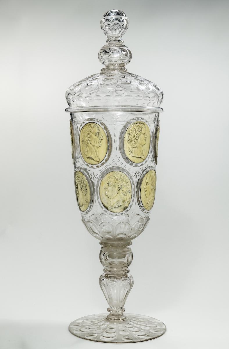 Riesenpokal mit Imperatorenreliefs, Dresden, Königliche Ostrahütte, um 1720 Farbloses Glas, Silber, vergoldet, Foto: Bastian Krack © Bayerisches Nationalmuseum München