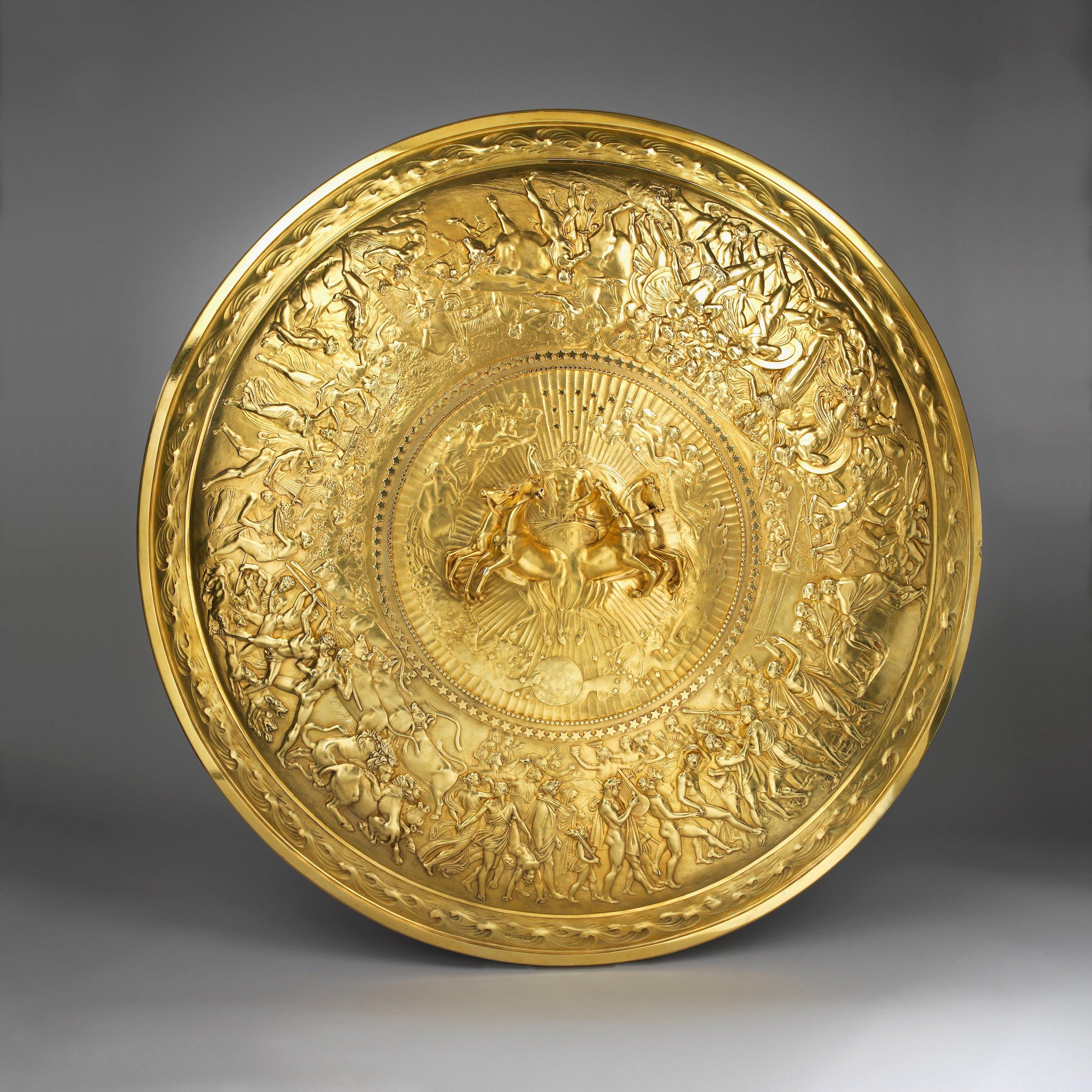 """Glänzend gewappnet Das wertvollste Objekt bei Koopman Rare Art ist ein spektakulärer vergoldeter Silberschild aus der Zeit des Regency für 5 Millionen Pfund. 1817 modellierte und zeichnete der britische Bildhauer John Flaxman die Szenen aus Homers """"Ilias"""