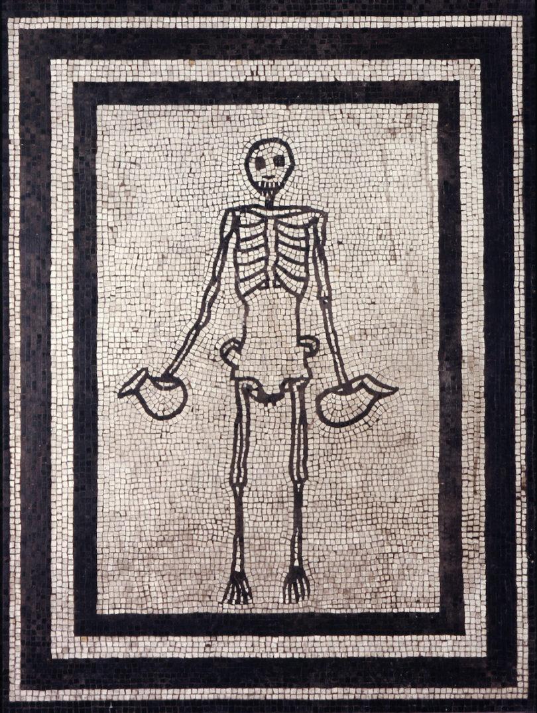 """""""Skelett mit zwei Weinkrügen (Askoi)"""" aus dem Haus der Vestalinnen, Jahr 1–50 n. Chr., Museo Archeologico Nazionale di Napoli"""