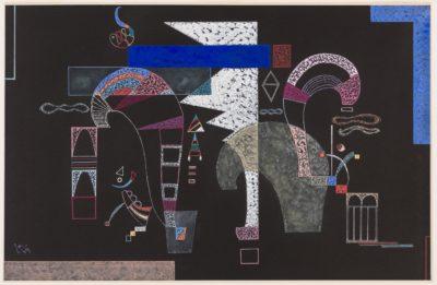 """Als die Formen tanzen lernten Während andere Künstler seiner Generation Aquarelle und Gouachen als Skizzen betrachteten, sah Wassily Kandinsky sie als eigenständige Kunstwerke. Ab 1935 begann er, mit einer neuen Technik zu experimentieren: Tempera trug er auf schwarzes Papier auf, um seine opaken Lilanuancen und Blautöne auf dem Bildgrund zum Vibrieren zu bringen. Die vorliegende Gouache """"White Form (La Forme Blanche)"""