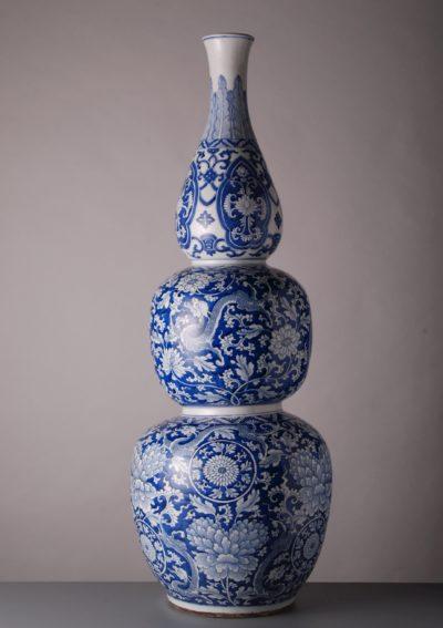Das Blaue vom Himmel Jingdezhen gilt nicht umsonst als Geburtsstadt des Porzellans, wie diese mehr als einen Meter hohe, dreibauchige Vase aus der Kangxi-Periode beweist. Obwohl in der Region verschiedene Keramiken produziert wurden, ist die Stadt vor allem für ihre blau-weißen-Porzellane bekannt, die an den europäischen Höfen beliebt waren. Das vorliegende Stück, angeboten von Vanderven Oriental Art für um die 400000 Euro, gehörte einst einem Mitglied des New Yorker Geldadels: dem Privatbankier J. P. Morgan. Foto: Vanderven Oriental Art