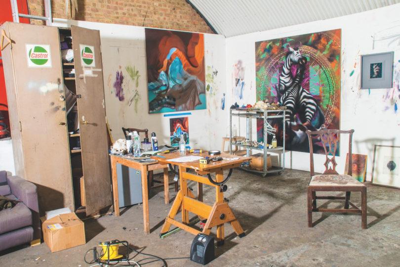 Im Studio von Hugo Wilson herrscht kreatives Chaos. Aktuelle Arbeiten sind derzeit in der Galerie Isa in Mumbai zu sehen (Foto: Alexander Coggin)