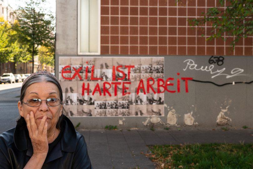 """Nil Yalter, """"Exile Is a Hard Job / Walls"""", 2018, Acryl auf Offset-Druck im öffentlichen Raum Vietorstraße, Köln, Kalk © Nil Yalter, Foto: Henning Krause"""
