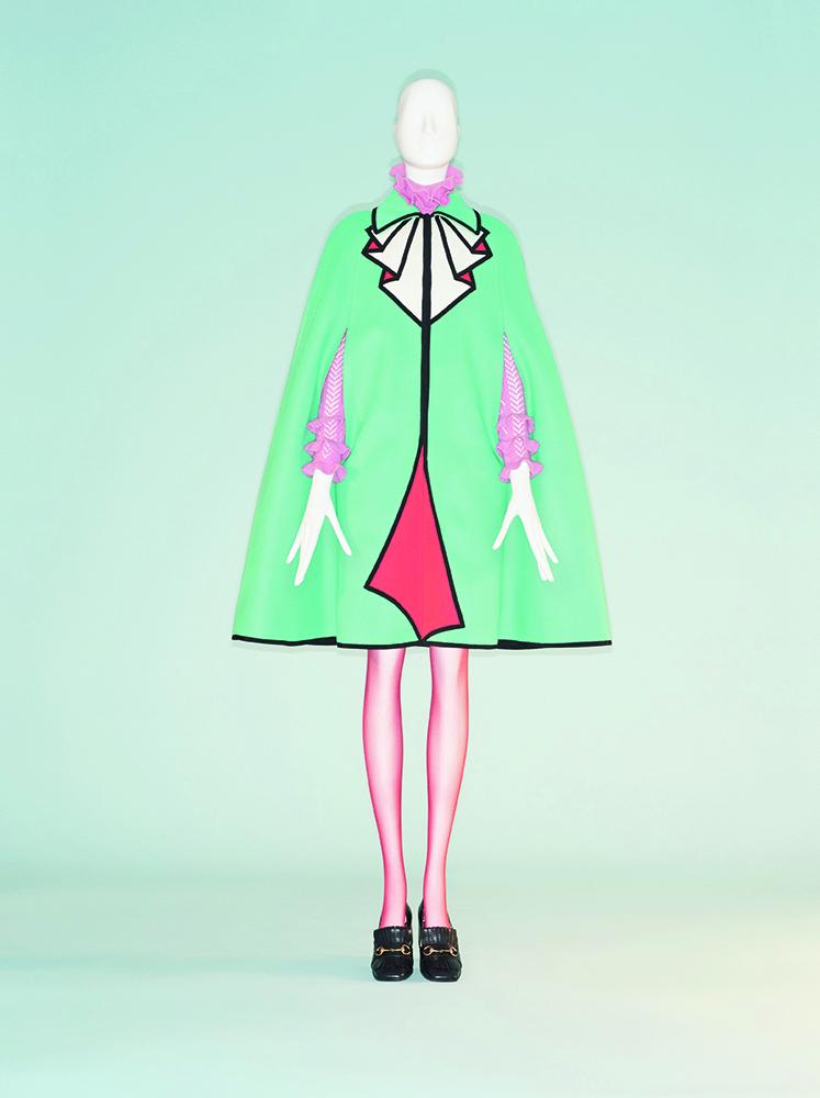 Alessandro Michele entwarf das Ensemble mit Cape (oben) 2016 für Gucci. »Camp: Notes on Fashion«, New York, Costume Institute im Metropolitan Museum, 9. Mai bis 8. September
