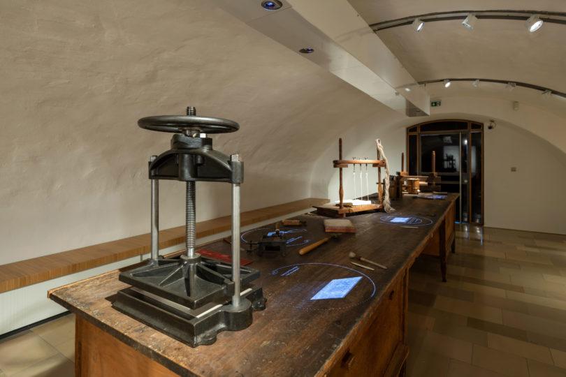 Blick in die Ausstellung des Neuen Museums Weimar, Werkstatt des Buchbinders Otto Dorfner, Klassik Stiftung Weimar, Foto: Thomas Müller