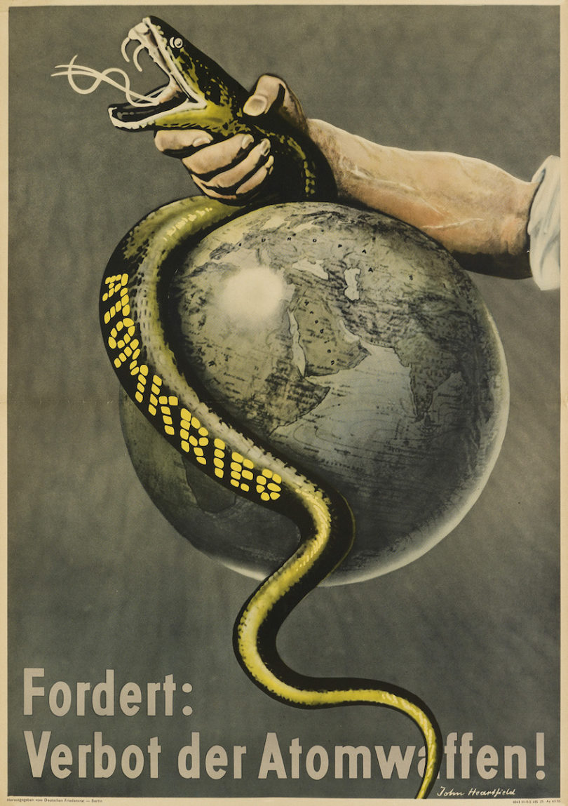 "John Heartfield, ""Atomkrieg / Fordert: Verbot der Atomwaffen!"", 1955, 83,25x58cm, Taxe 4000$, Foto: Swann Auction Galleries, New York"