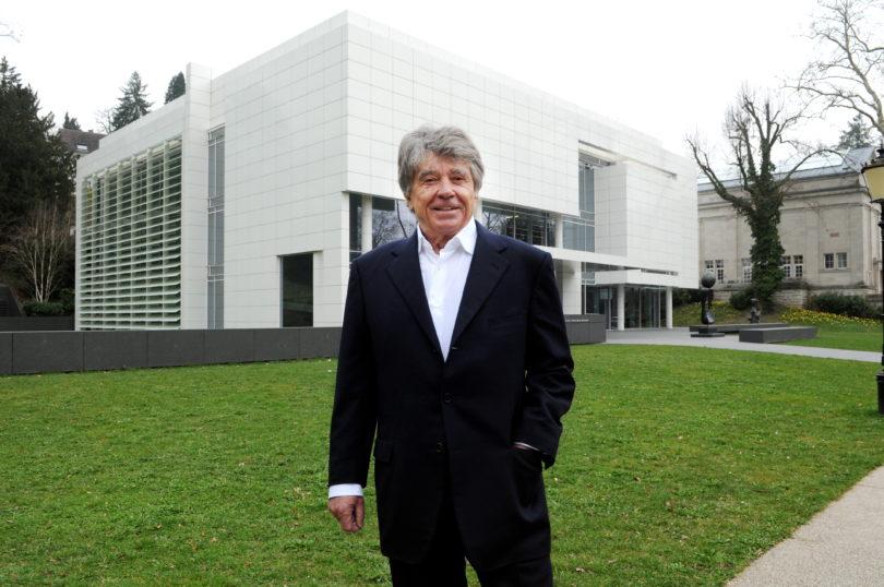 Der Sammler vor seinem Museum in Baden-Baden