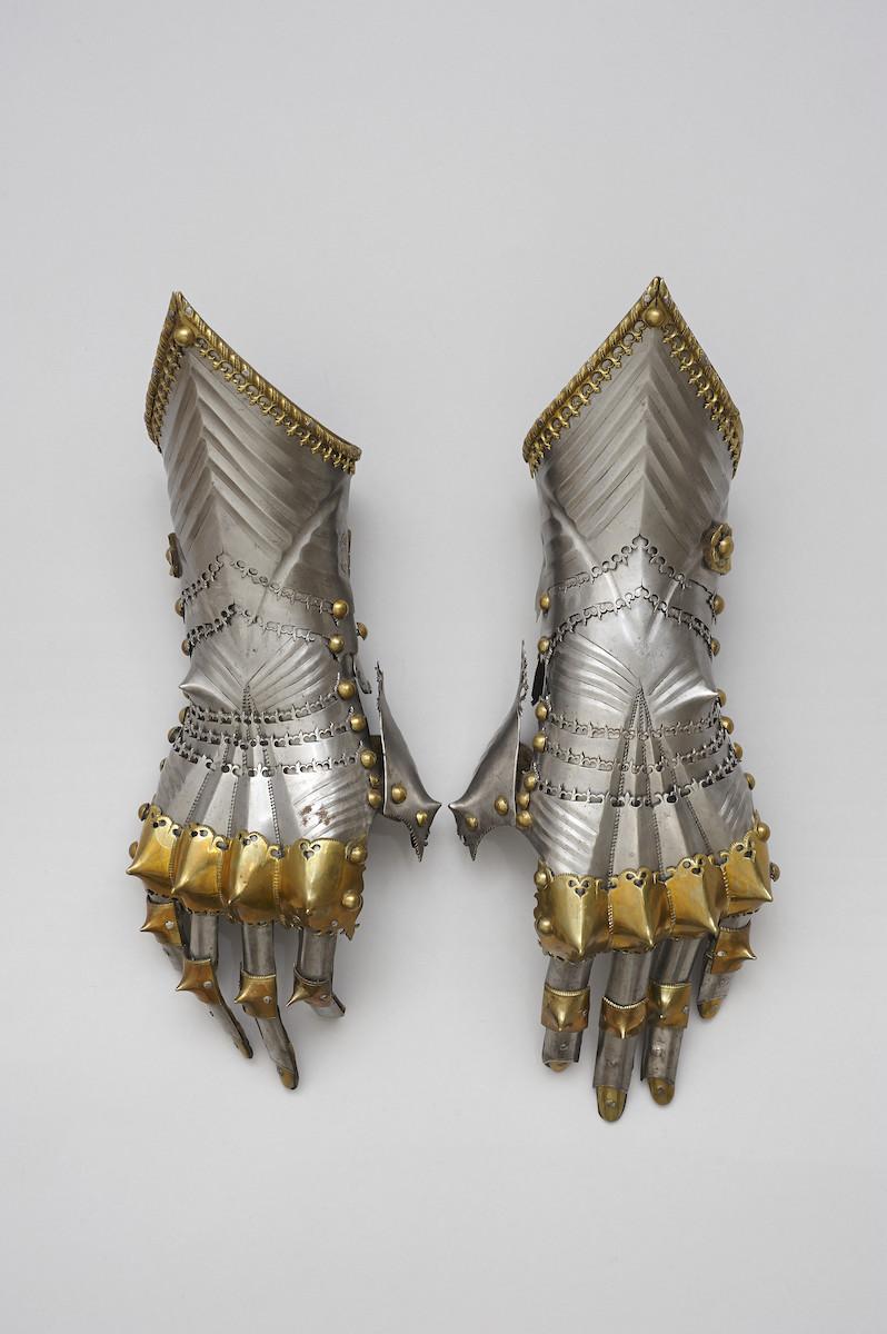 Handschuhe Kaiser Maximilians I., Lorenz Helmschmid, Augsburg, um 1485, Stahl, vergoldetes Messing, Leder, Foto: © KHM Museumsverband, Wien, Hofjagd- und Rüstkammer Inv. Nr. A 58