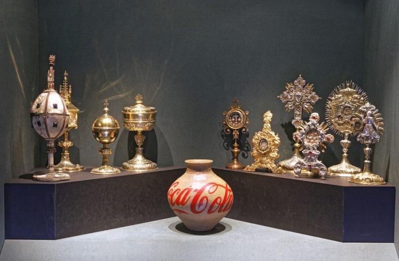 """Hier treffen barocke Reliquiaren auf eine """"Coca-Cola-Vase"""