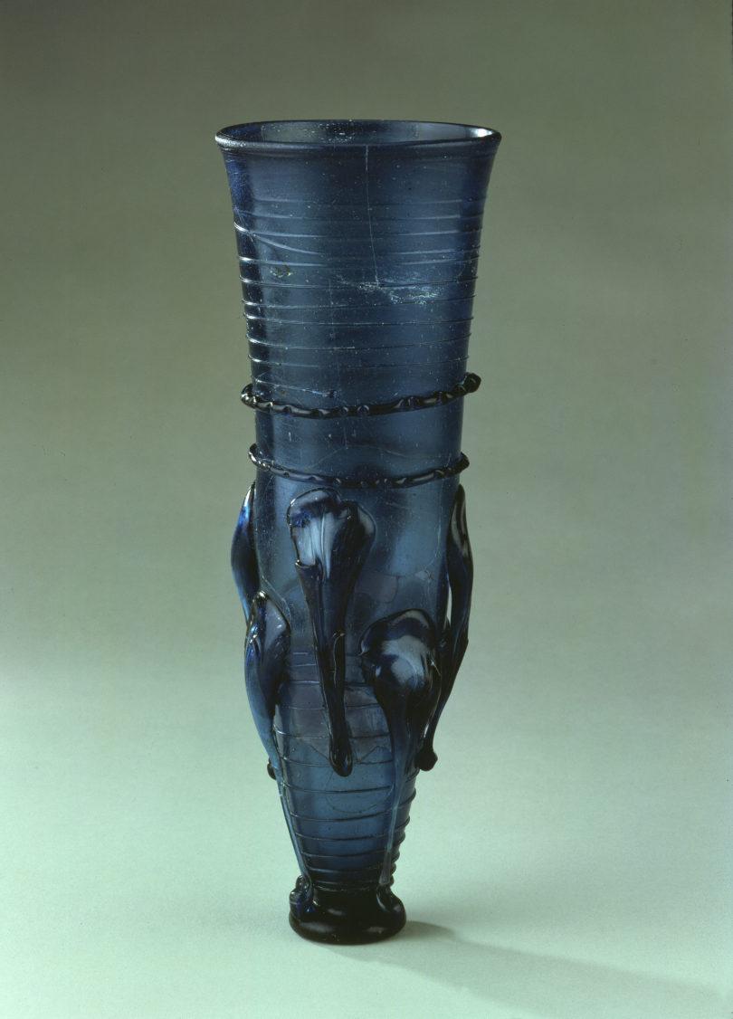 Rüsselbecher in gestreckter Form aus blauem Glas, aus Grab 33 der Nekropole von Nettersheim, 7. Jh. n. Chr., Höhe 28 cm, Foto: bpk / Museum für Vor- und Frühgeschichte, SMB / Klaus Göken
