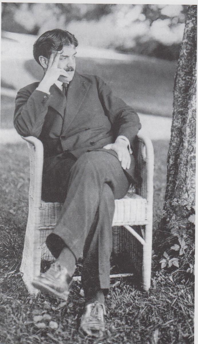 Otto Prutscher in einem Stuhl von Josef Zotti, 1913, Foto: © Karl Ehn