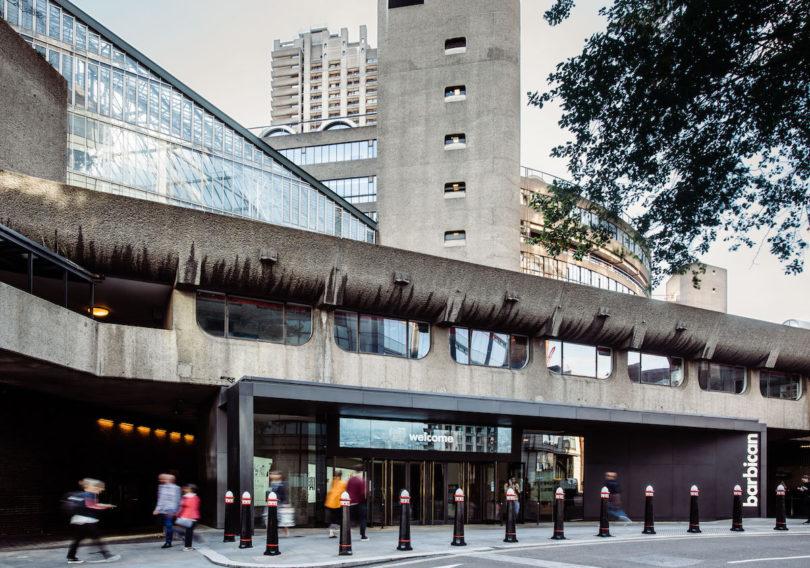Barbican Centre, Eingang von der Silk Street, Foto: Max Colson