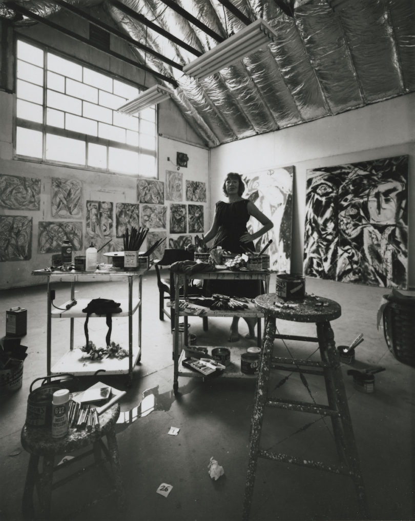 Lee Krasner in ihrem Studio, fotografiert von Hans Namuth 1962, Foto: Courtesy Center for Creative Photography, University of Arizona © 1991 Hans Namuth Estate