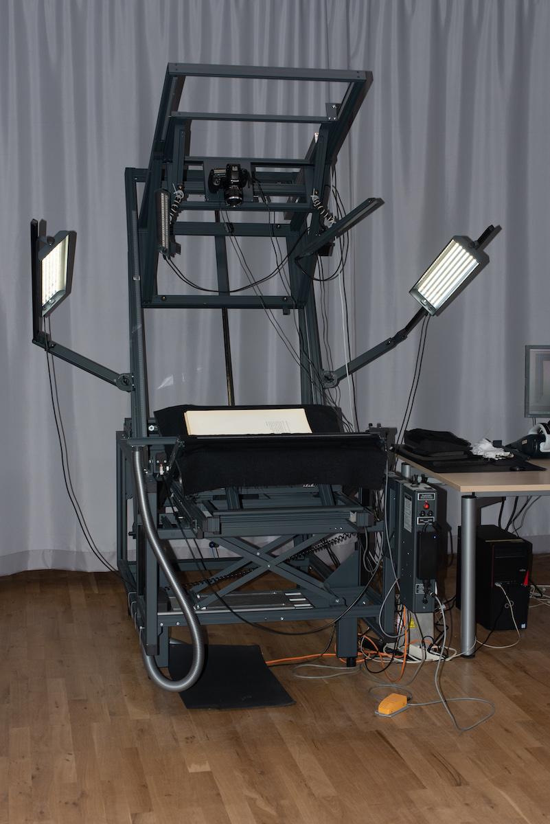 Der Scanner stand ein paar Jahre im Vatikan, wo Mitarbeiter der Heidelberger Universitätsbibliothek die Palatina-Handschriften digitalisierten, Foto: Peter Wolff für WELTKUNST