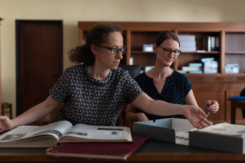 Maria Effinger, Leiterin der elektronischen Publikationen (li.), mit ihrer Kollegin Christine Brenneis beim Sichten der Weltkunst-Ausgaben, Foto: Peter Wolff für WELTKUNST