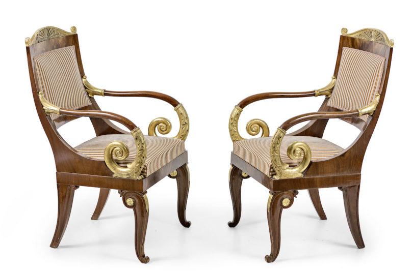 Ein Paar klassizistische Stühle aus Russland kommt in der Jubiläumsauktion unter den Hammer, taxiert auf 1800 Euro, Foto: Leo Spik, Berlin