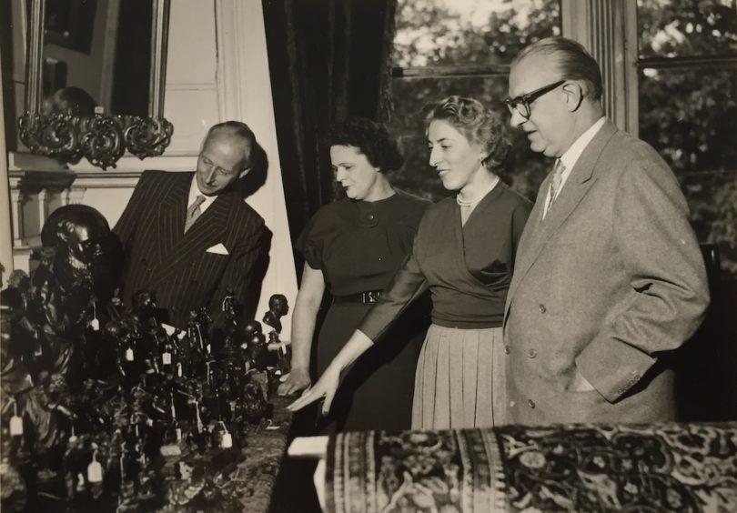 Leo Spik (re.) und Ruth Beder (2. v. re.) 1959 bei der Vorbereitung einer Versteigerung, Foto: Leo Spik, Berlin