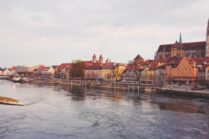 Blick auf die Donau und die Regensburger Altstadt mit dem Dom (Foto: Evelyn Dragan)