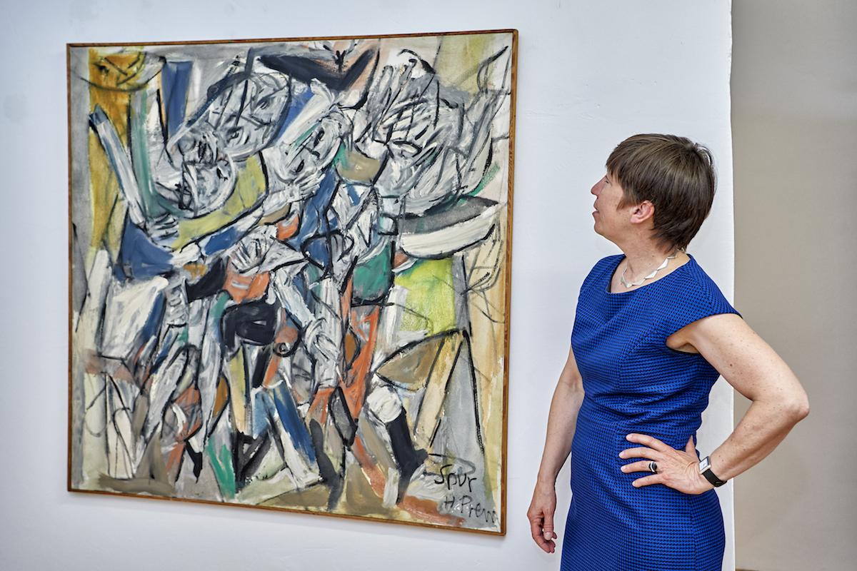 Dr. Bärbel Kleindorfer-Marx zeigt die Kunstwerke der avantgardistischen Künstlergruppe SPUR, Foto: www.bayern.by - Florian Trykowski