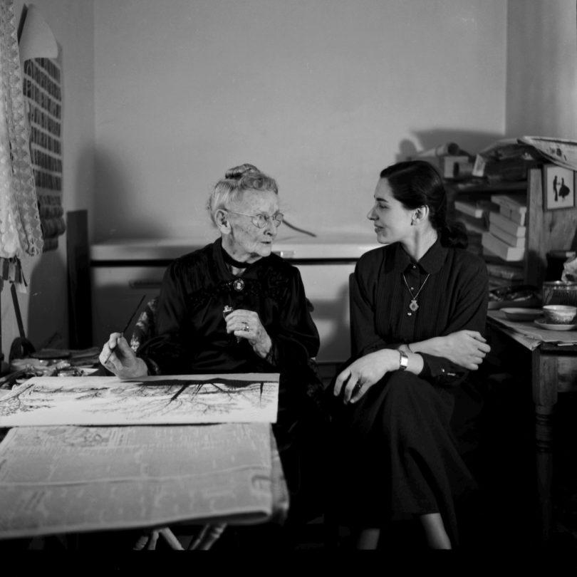 Anfang der Fünfzigerjahre diktierte Grandma Moses der jungen Galerieangestellten Hildegard Bachert ihre Memoiren, Abbildung: Otto Kallir