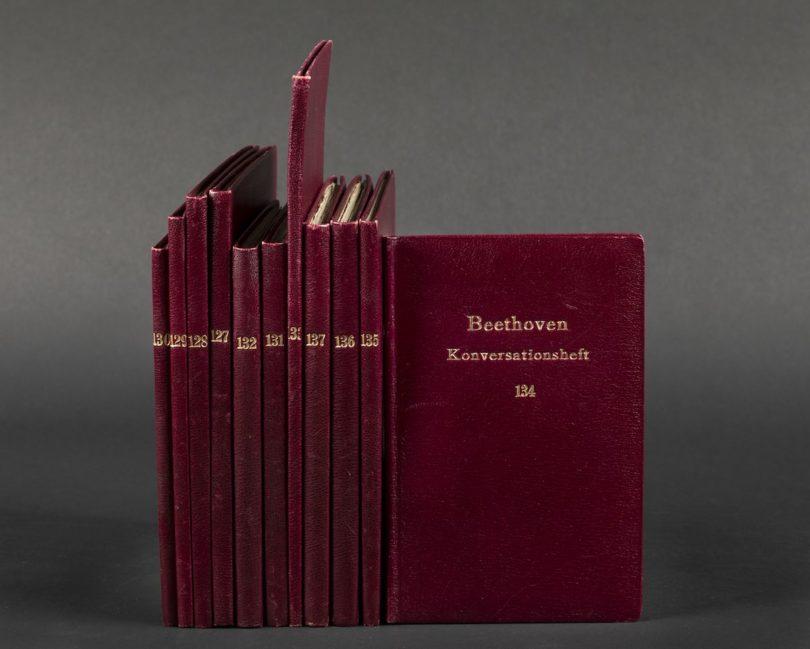 Ludwig van Beethovens Konversationshefte mit dunkelroten Ledereinbänden aus den 1930er-Jahren (Copyright: Staatsbibliothek zu Berlin - PK)