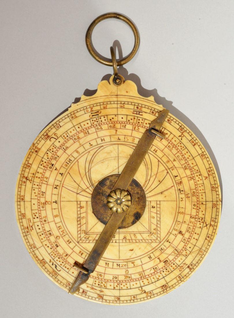 Um Präzision geht es bei dem Astrolabium der Galerie Delalande – ein außergewöhnliches Stück, um 1480 in Deutschland entstanden und nach Recherchen der Experten für historische wissenschaftliche Instrumente das einzige mit einer Scheibe aus Elfenbein, Abbildung: Delalande, Paris