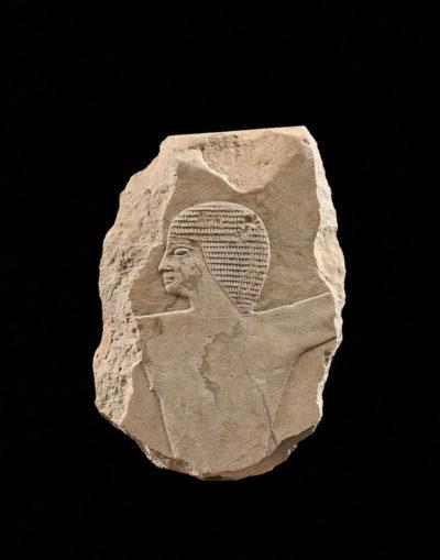 Antonia Eberwein bietet ein exquisites ägytisches Fragment aus der Zeit um 2200 v. Chr. an. Dem eindrucksvollen Profil des Mannes auf hellem Kalkstein (Höhe: 27 cm) haben die Jahrtausende nichts anhaben können, stilistisch erinnert es an Szenen aus der Grabkammer des Pharaos PepiII, Abbildung: Studio Sebert/Galerie Eberwein