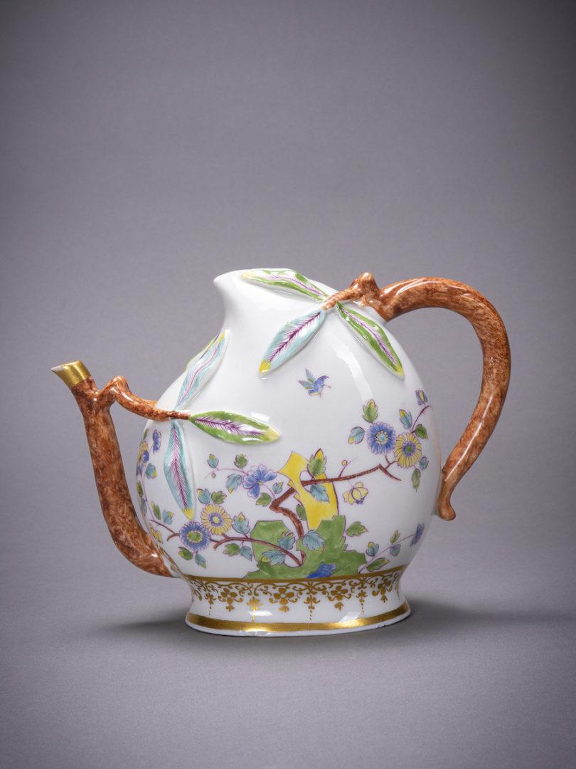 """Das fragile Prachtstück von 1730 trägt einen englischen Namen: Miss Cadogan und ihr chinesisches Teekännchen gaben der Meissener Kanne in Pfirsichform, nach chinesischem Original, ihre Bezeichnung """"Cadogan Teapot"""