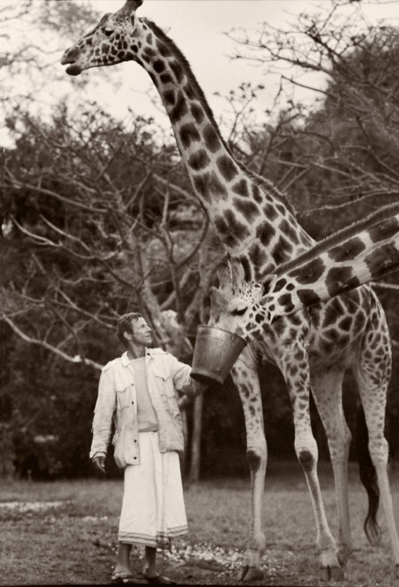 Peter Beard and giraffes, Hog Ranch front lawn, 1985 © 2020 Peter Beard (VG Bild-Kunst, Bonn, 2020)