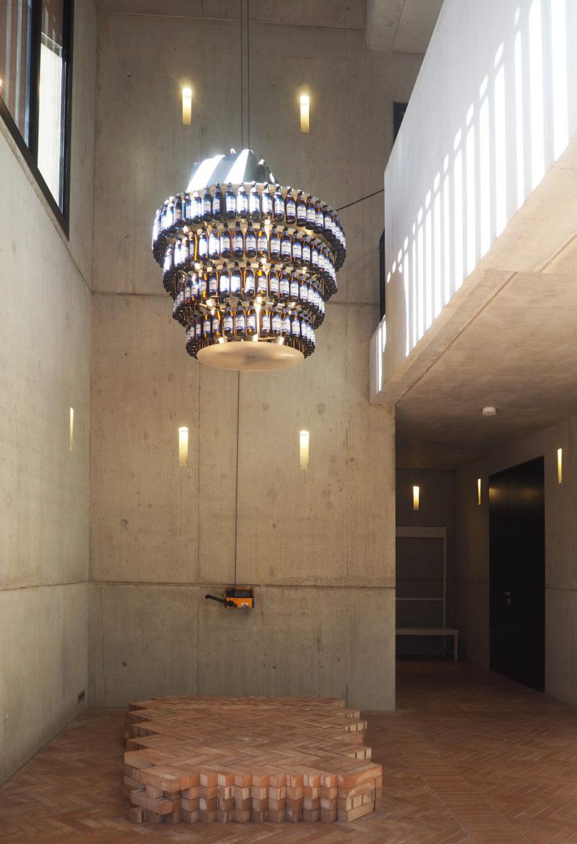 """Wer hat hier einen in der Krone? Sailstorfers vieldeutige Skulptur """"Hangover"""", Courtesy der Künstler, © Galerie Zink (VG Bild-Kunst, Bonn, 2020)"""