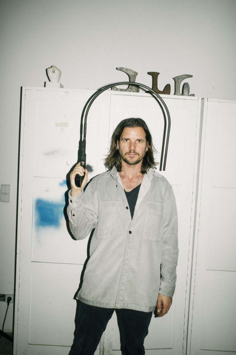"""Michael Sailstorfer mit einer Arbeit der Serie """"Gun"""", Courtesy der Künstler, © Galerie Zink (VG Bild-Kunst, Bonn, 2020)"""