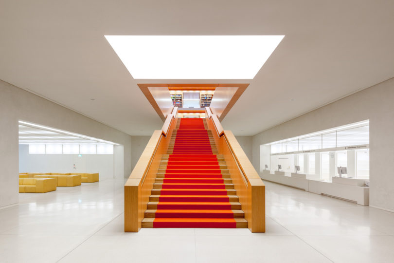 Der Aufgang zum Lesesaal der Staatsbibliothek zu Berlin des Architekten HG Merz (Foto: Jörg F. Müller, Berlin)