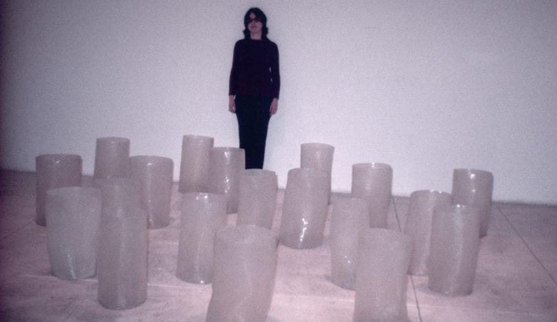 Eva Hesse mit ihrem Werk