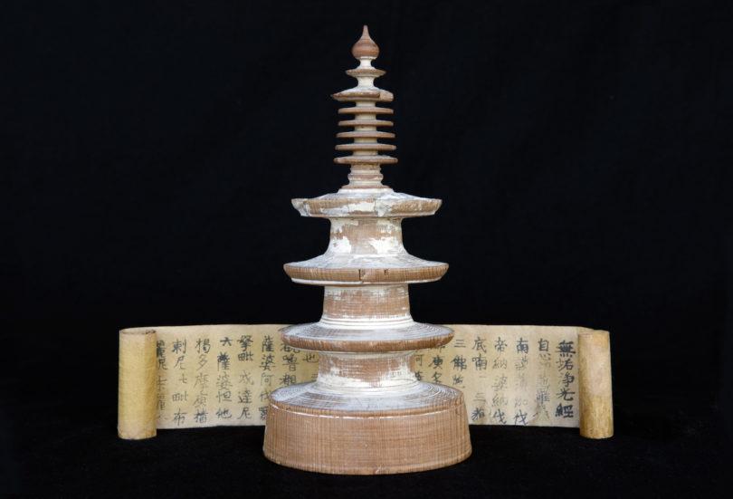 Der älteste erhaltene Druck der Welt: ein Papierröllchen aus Japan, um 764 bis 770 nach Chr. Aufbewahrt wird der Zauberspruch in einer Miniaturpagode aus Zypressenholz, Foto: Bettina Flitner/bettinaflitner.de