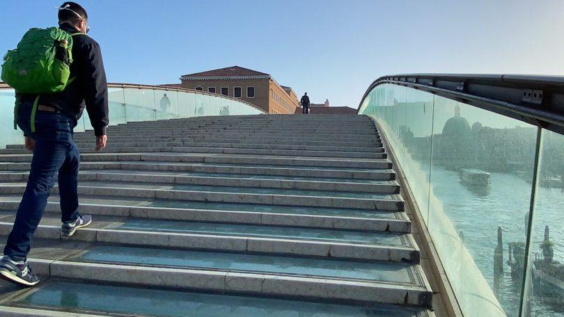 Venedigs neue Wirklichkeit: leere Brücke und flüchtige Passanten (Copyright: Raffaele Rosa)