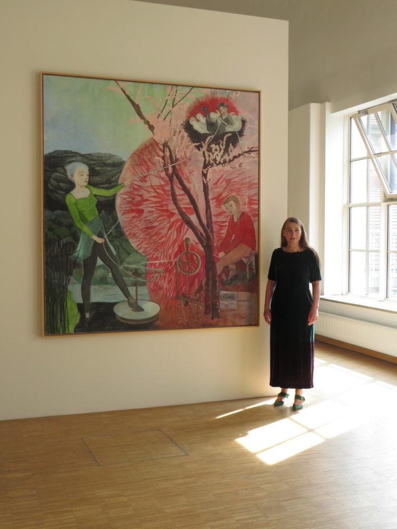 Die Leipziger Malerin Rosa Loy in ihrer Ausstellung der Galerie Noah in Augsburg (Copyright: Galerie Noah/VG Bild-Kunst Bonn, 2020)