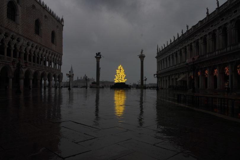 Lichtinstallation von Fabrizio Plessi auf dem Markusplatz