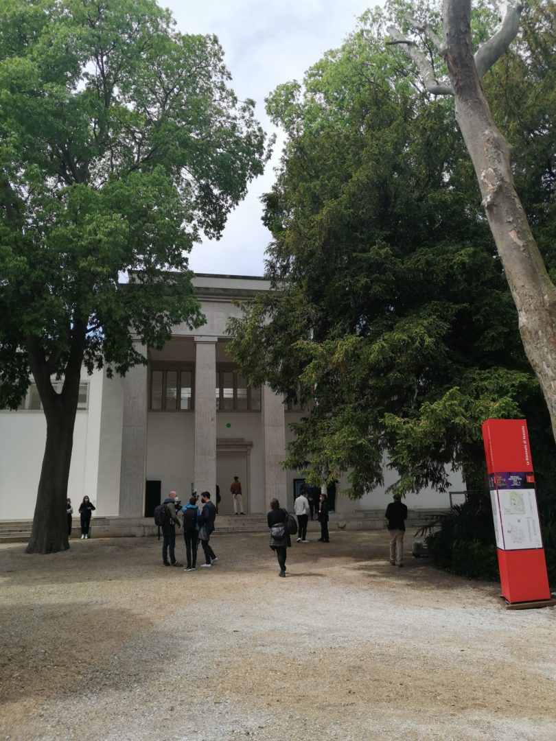 Der Deutsche Pavillon auf der realen 17. Architekturbiennale im Pandemiejahr 2021: Die Giardini in Venedig sind während der Eröffnungstage kaum gefüllt. © Petra Schaefer
